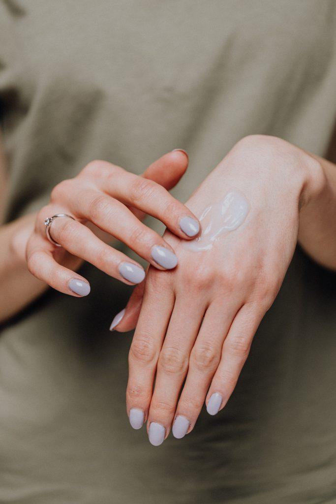aplicar crema de manos