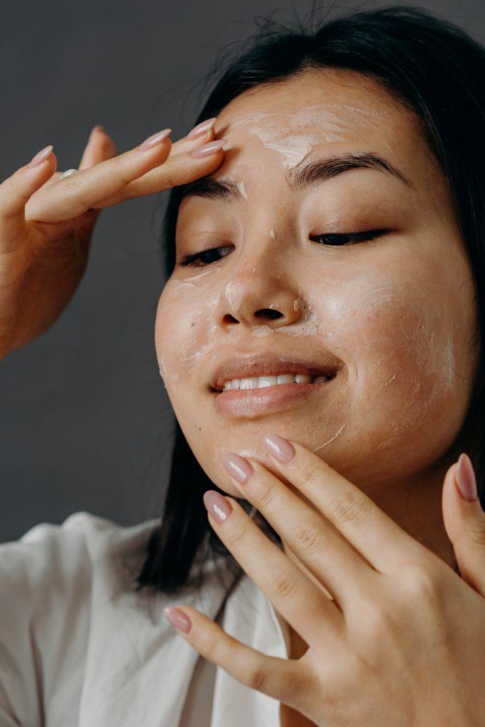 mujer exfoliando piel