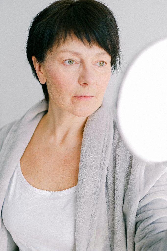 cuidado de la piel a los 60 años mujer espejo