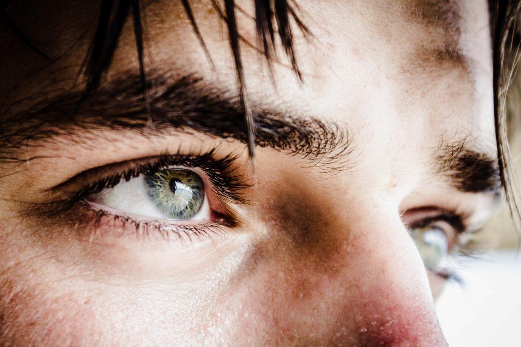 los mejores contornos de ojos para hombres